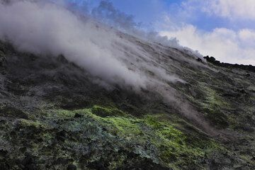 Strong steaming from a fumarole field on the lower southern flank of Anak Krakatau. (Photo: Tom Pfeiffer)