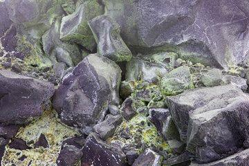 Oxidized and sulfur-covered blocks. (Photo: Tom Pfeiffer)