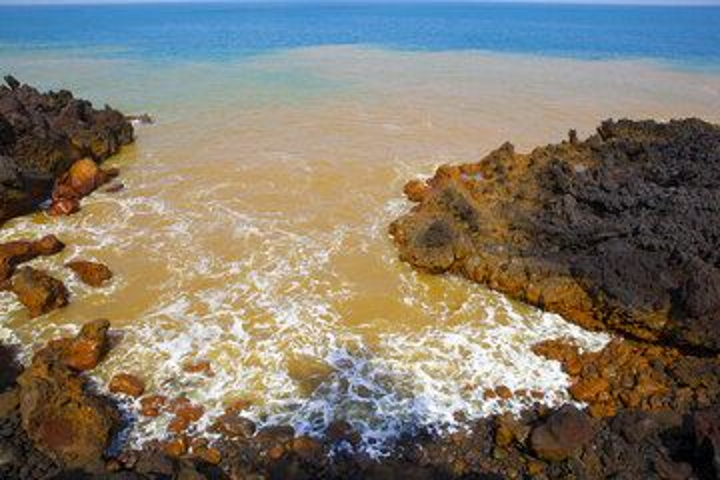 Orange water, Anak Krakatau western shore (Photo: Tom Pfeiffer)