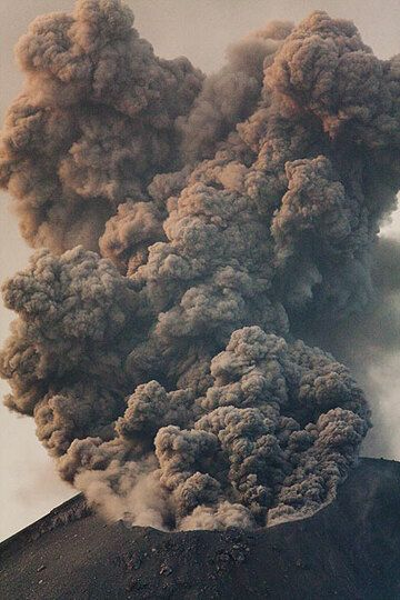 Ash emission from Krakatau (Photo: Tom Pfeiffer)