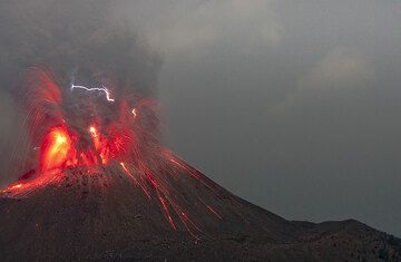 Vulcanian eruption at night with lightning (1 Sep 09). (Photo: Tom Pfeiffer)