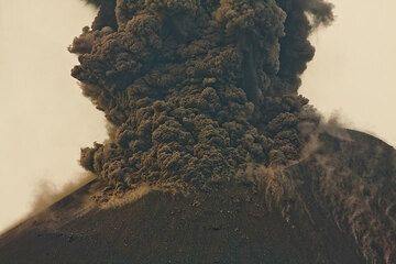 Dense ash emission after an initial vulcanian explosion. (Photo: Tom Pfeiffer)