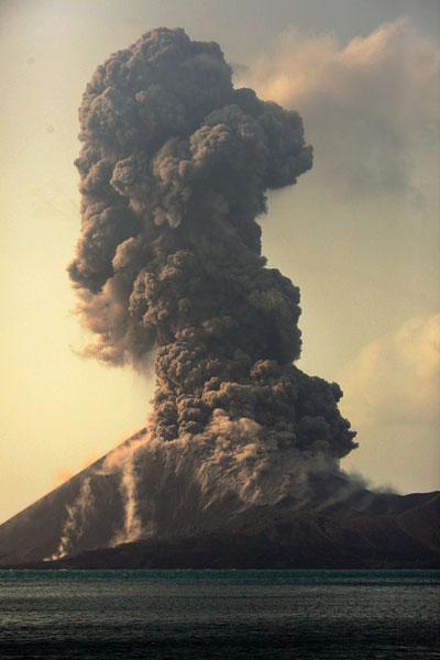 Powerful vulcanian eruption launching blocks until the base of the summit cone. (Photo: Tom Pfeiffer)