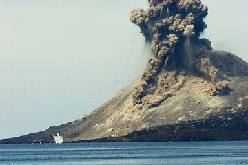 Blocks land all over the cone of Anak Krakatau where the impacts stir up dust. A few even land in the sea. (Photo: Tom Pfeiffer)