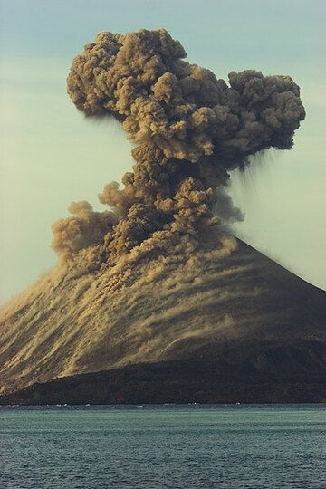 Eruption plume in the warm evening light. (Photo: Tom Pfeiffer)