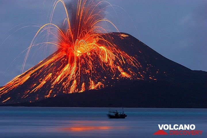 21 Nov: a powerful explosion showers the cone with glowing bombs. (Photo: Tom Pfeiffer)