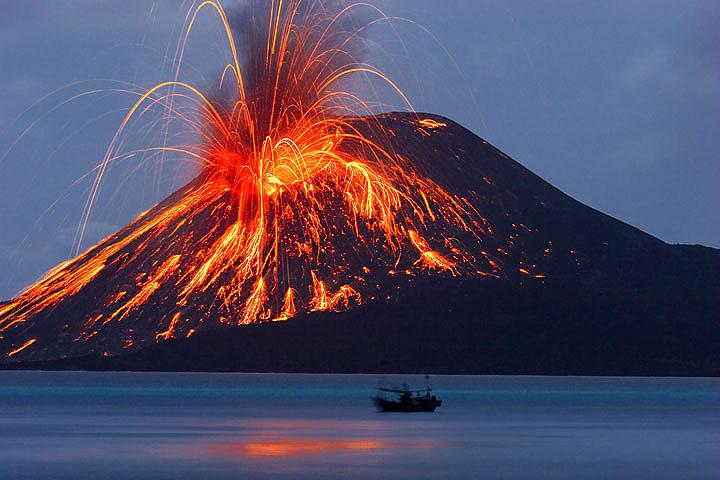 Ein heftiger Ausbruch lässt glühende Bomben auf den Kegel des Anak Krakatau herabregnen. (Photo: Tom Pfeiffer)