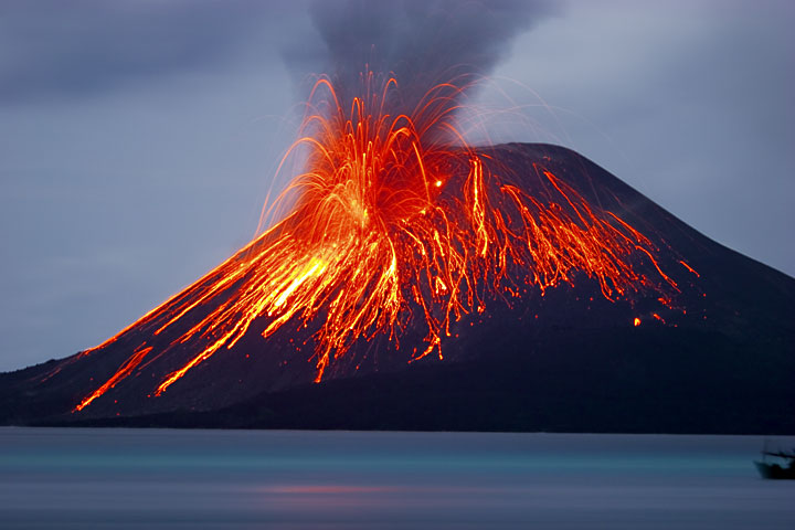 Strong eruption on the evening of 21 Nov. (Photo: Tom Pfeiffer)