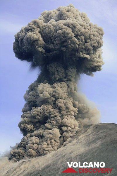 Mushroom cloud after a vulcanian-style eruption. (Photo: Tom Pfeiffer)