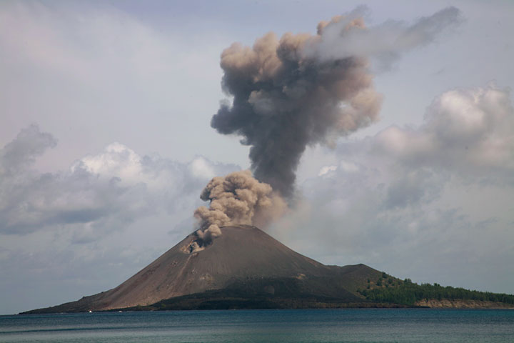 Ash venting after a more powerful explosions whose plume is still rising above the crater. (Photo: Tom Pfeiffer)