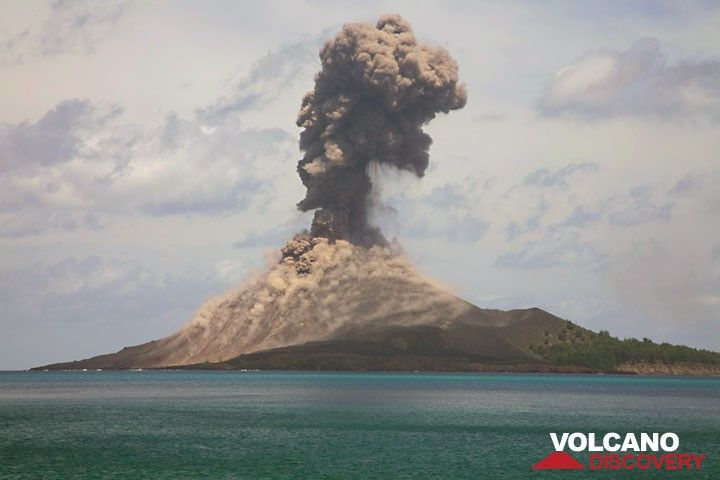 Series of a typical explosion (3); the plume rises further, while a weak second ash plume is erupted from the crater.  (Photo: Tom Pfeiffer)