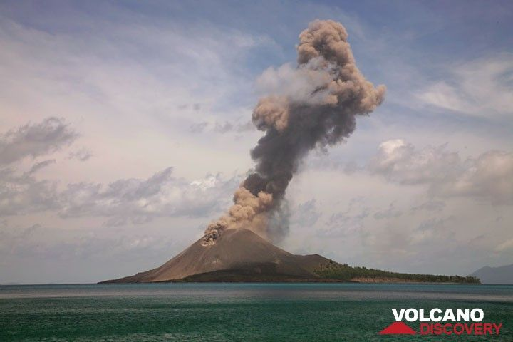 Series of a typical explosion (4); the plume has now reached more than 1 km height above the crater and is higher than the lowest clouds. (Photo: Tom Pfeiffer)