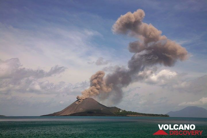 Series of a typical explosion (5); the plume has reached its maximum height and is being deformed by shear winds, while the crater continues with mild ash venting. (Photo: Tom Pfeiffer)