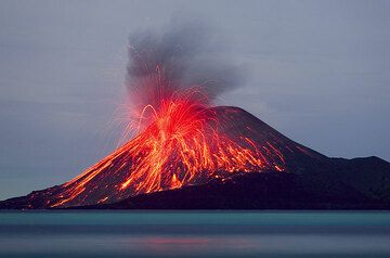 Evening of 21.11.: A powerful blast throws bombs and blocks all over the old cone of Anak Krakatau. After dusk, many of the blocks are glowing dull to bright red. Sometimes, such blasts were accompanied by loud detonations. (Photo: Tom Pfeiffer)