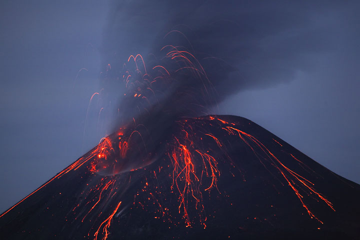 Ash rich explosion early on 22 Nov. (Photo: Tom Pfeiffer)
