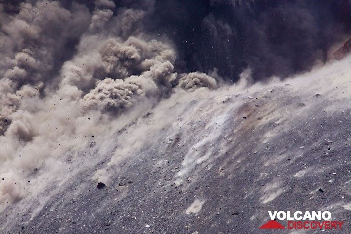 Impacts on the crater rim.  (Photo: Tom Pfeiffer)