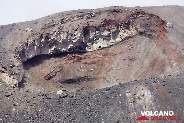 The new crater of the ongoing eruption, now beteween 50 and 75 meters wide, formed on the upper south flank of the main cone beneath the older summit crater. (Photo: Tom Pfeiffer)