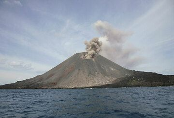 Typical ash venting from the new crater. (Photo: Tom Pfeiffer)