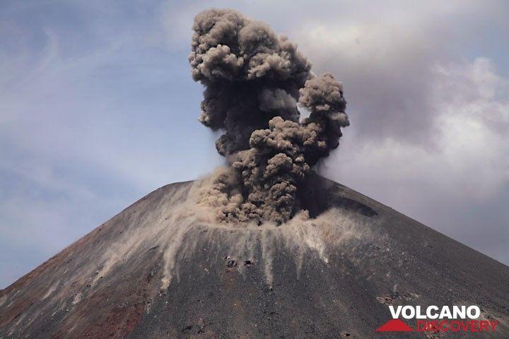 A weak explosion produces more violent ash venting. (Photo: Tom Pfeiffer)