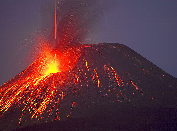 22 Nov: Anak Krakatau's eruption look like Stromboli now... (Photo: Tom Pfeiffer)