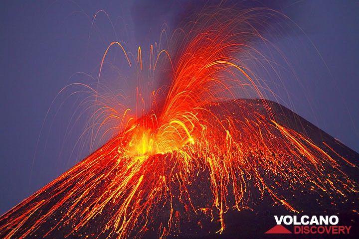 Heftige strombolianische Eruption; einige Blöcke sind erst sichtbar, wenn die die schwarze Aschenwolke verlassen. (Anak Krakatau) (Photo: Tom Pfeiffer)