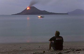 VolcanoDiscovery on location... (Photo: Tom Pfeiffer)