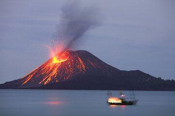 A fishing boat and the erupting crater of Anak Krakatau (Photo: Tom Pfeiffer)