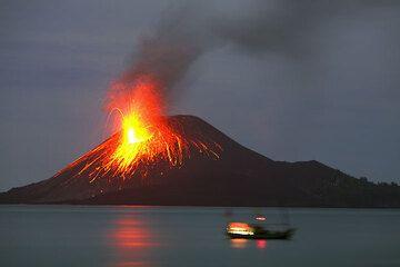 krakatau_e32697.jpg (Photo: Tom Pfeiffer)