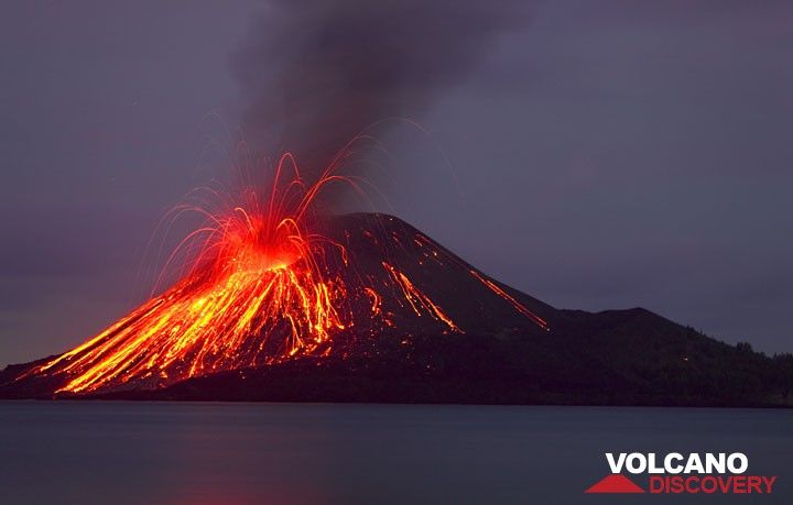 Strong strombolian-type activity at dawn of 23 November.  (Photo: Tom Pfeiffer)