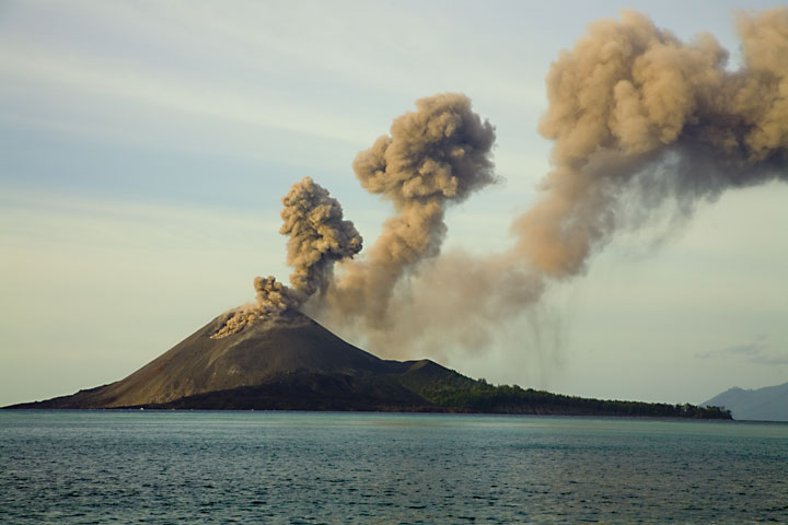 Regular pulses of ash create a series of ash plumes all drifting in the same direction eastward. (Photo: Tom Pfeiffer)