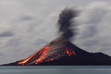 Ash plume from the same eruption as in previous photo. (Photo: Tom Pfeiffer)