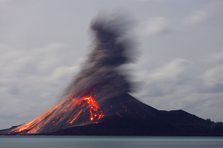 Ash-rich eruptions continue throughout the night of 23-24 Nov. (Photo: Tom Pfeiffer)