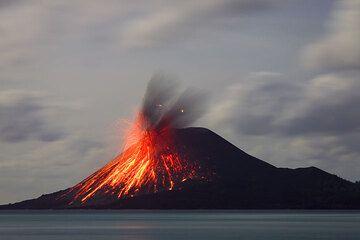 Small lightning in the ash plume. (24 Nov, ca 02h00) (Photo: Tom Pfeiffer)