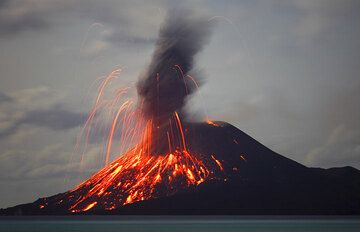 While the eruption plume develops, large bombs fall back onto the cone. (Photo: Tom Pfeiffer)
