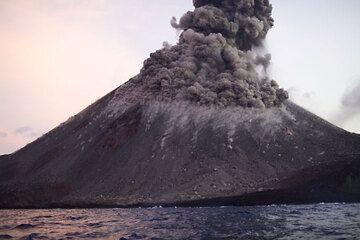 krakatau_e32915.jpg (Photo: Tom Pfeiffer)