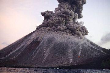 krakatau_e32918.jpg (Photo: Tom Pfeiffer)