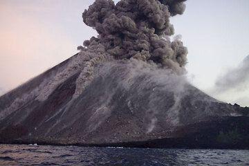 krakatau_e32921.jpg (Photo: Tom Pfeiffer)
