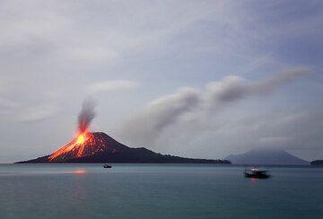 Full moon sky, the caldera and a birght eruption of Anak Krakatau. (25 Nov 2007) (Photo: Tom Pfeiffer)