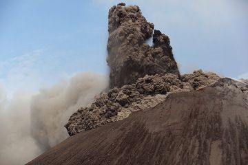 Collapsing eruption column, generating a pyroclastic flow, during a vulcanian explosion at Anak Krakatau volcano (Indonesia) (Photo: Tom Pfeiffer)