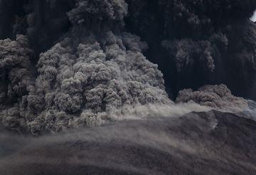 Small pyroclastic flow from Krakatau (Photo: Tom Pfeiffer)