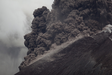 Small pyroclastic flow at Krakatau volcano (Photo: Tom Pfeiffer)