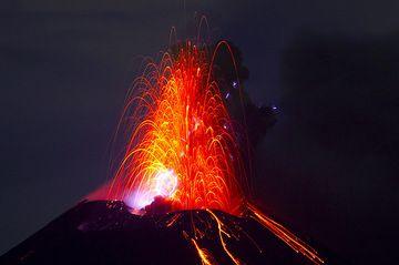 Eruption with lightning, Anak Krakatau volcano Nov 2010 (Photo: Tom Pfeiffer)