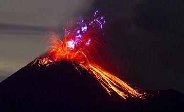 Eruption at Anak Krakatau with volcanic lightning (Photo: Tom Pfeiffer)
