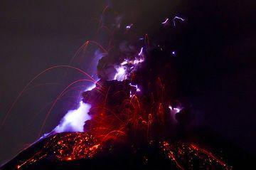Eruption lightning at Krakatau volcano (Photo: Tom Pfeiffer)