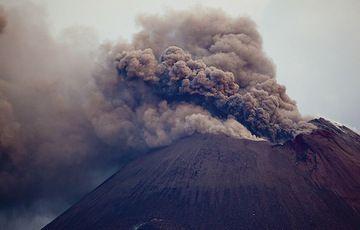 Ash venting from Anak Krakatau (Photo: Tom Pfeiffer)