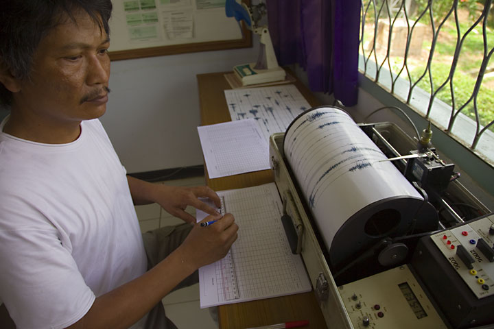 Volcanologist in the observatory monitoring seismic signals from Anak Krakatau. (Photo: Tom Pfeiffer)