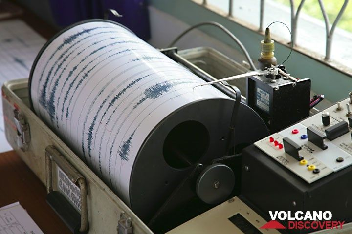 Seismograph recording Anak Krakatau's activity in real time. (Photo: Tom Pfeiffer)