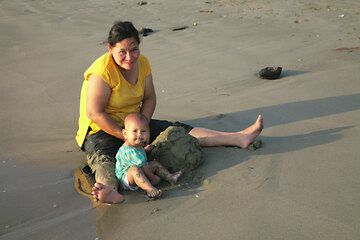 Mother and child on Carita beach, West Java (Photo: Tom Pfeiffer)
