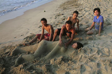 Teenagers playing on the beach... (Photo: Tom Pfeiffer)