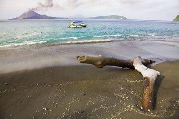 krakatau_e32436.jpg (Photo: Tom Pfeiffer)